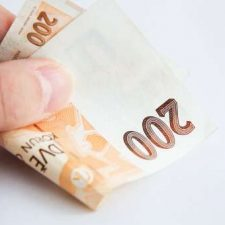 Půjčit si může částku od 1 tisíc korun až do 12 tisíc korun.
